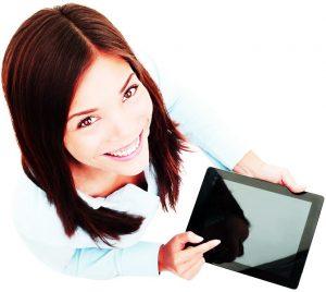Een studente die naar haar tablet wijst.