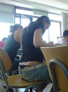 Een paar studentes die intensief aan het studeren zijn.