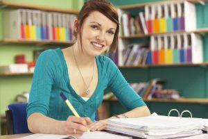 Een studente die met een marker aan het studeren is.