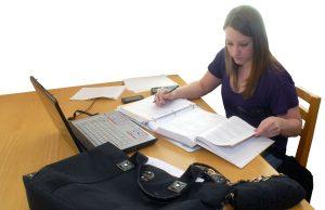 Een studente die aan het studeren is.