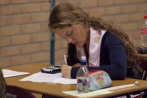 Een studente die een tentamen maakt.