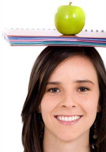 Een studente met een appel op haar hoofd.