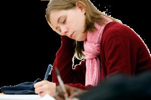 Een studente die een tentamen doet.