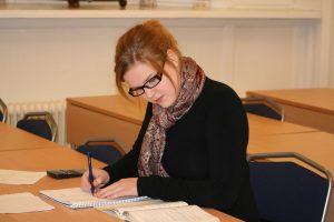 Een studente bezig met een open boek tentamen.
