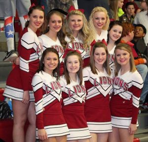 Een groep cheerleaders van een High School waar alleen de directeur beslist over de straf voor studenten die de tijdens de les regels overtreden hebben. Deze cheerleaders krijgen dan altijd direct een flink pak op hun billen.