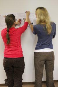 Twee Amerikaanse High School studentes aan het werk.