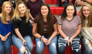 Bij deze High School studenten beslist de directeur meestal dat ze een flink pak op hun billen krijgen als ze hun huiswerk niet gemaakt hebben, als ze andere studenten afleiden of als ze te laat in de les komen.