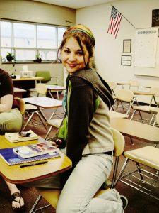 Een senior studente in een klas van een Amerikaanse High School.