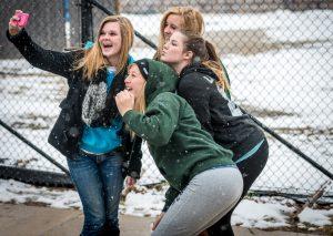Een groepje studenten die een selfie maken