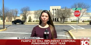 De reporter van het plaatselijke nieuws in Pampa, Texas van 10 maart 2020: met ingang van volgend jaar kunnen studenten straf op hun billen krijgen. Omdat dit voor alle scholieren en studenten gaat gelden die in het verzorgingsgebied van het schooldistrict wonen, is dit natuurlijk belangrijk nieuws.